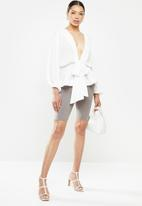 Missguided - Cheesecloth plunge flippy hem blouse - white