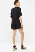 Missguided - Crinkle viscose button through playsuit - black