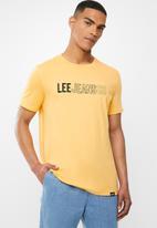 Lee  - Jean co tee - mustard yellow