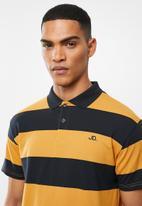 Jonathan D - Modern fit short sleeve stripe golfer - navy & mustard
