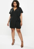 Missguided - Plus kimono short sleeve wrap dress - black