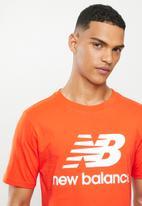 New Balance  - Nb essentials stacked logo tee - orange