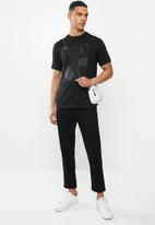 Ben Sherman - Lines and dots logo tee - black