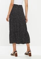 MILLA - Printed tiered skirt - black & white