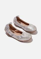 Cotton On - Kids primo ballet flat - silver shimmer tie up