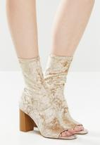 Public Desire - Yasmin heel - champagne velvet