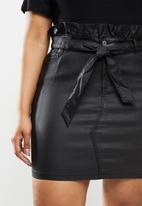 Missguided - Plus coated paperbag waist skirt - black