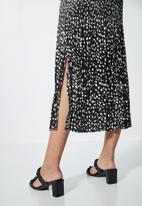 Superbalist - Side split pleated skirt - black based minimal
