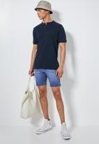 Superbalist - Boston slim denim short - blue