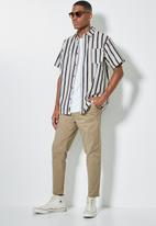 Superbalist - Seoul pleated tapered chino - taupe