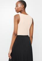 edit - Deep v-neck texture vest - pink