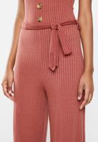 Missguided - Horn button ribbed tie belt jumpsuit - rust