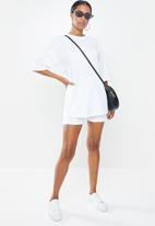 Missguided - Petite coord  T-shirt & cycling short set - white