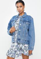 Missguided - Petite oversized denim jacket - blue