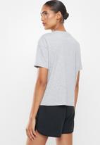 New Balance  - Classic core logo tee - grey