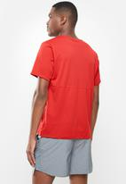 Nike - Nike dri-fit run short sleeve top - red