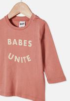 Cotton On - Jamie long sleeve tee - clay pigeon/babes unite