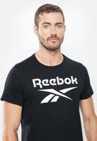 Reebok - Gs reebok stacked tee - black