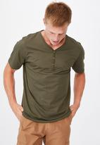 Cotton On - Essential henley T-shirt - olive