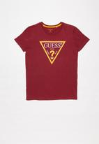 GUESS - Guess triangle tee - red