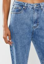 Missguided - Petite washed single thigh rip riot jeans - blue