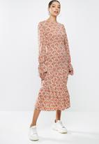 Missguided - Tiered hem smock midi dress long sleeve floral - red