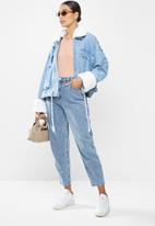 Missguided - Faux fur collar denim jacket - blue