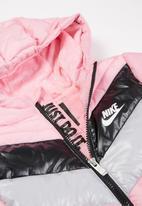 Nike - Nkg color block chevron puffer - pink