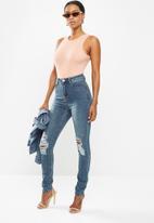 Missguided - Petite sinner distress knee cut high waist jean - blue