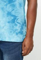Vissla  - Calipher embroidered tie dye tee  - blue