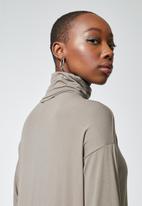 Superbalist - Dropped shoulder polo neck dress - mink