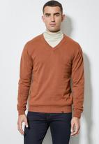 Superbalist - Basic vee neck slim fit knit - rust