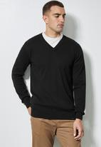 Superbalist - Basic vee neck slim fit knit - black