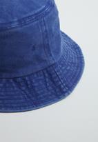 Superbalist - Denim washed bucket hat - blue