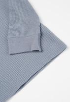 Cotton On - Owen long sleeve waffle tee - steel