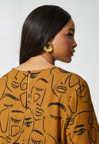Superbalist - Blouson sleeve shell top - tobacco abstract