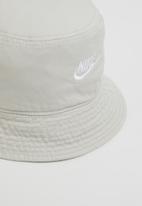Nike - U nsw bucket futura wash - light bone/white