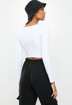 Blake - Scoop neck fitted top - white