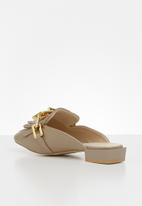 Z_Code_Z - Avan wider fit chain mule - taupe