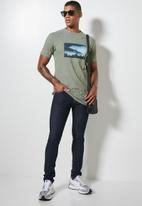 Superbalist - Nate recycled photo graphic tee - forest green