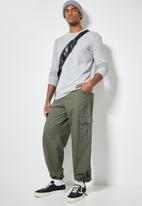 Superbalist - Carson loose cargo pants - army green