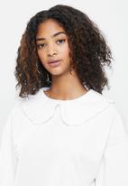 Blake - Fleece sweater with peterpan self collar - white