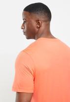 Nike - Nsw just do it swoosh tee - orange & white