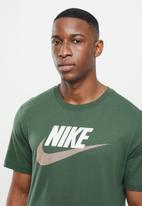 Nike - Nsw tee alt brand mark 12 - green