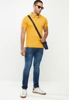 urban° - Mens urban small logo golfer - yellow