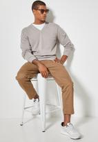 Superbalist - Basic vee neck slim fit knit - light grey