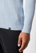 Superbalist - Slim fit ribbed crew neck knit - pale blue