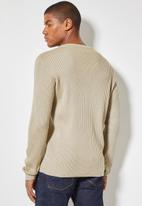 Superbalist - Slim fit ribbed crew neck knit - taupe