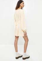 Cotton On - Woven long sleeve essential tie back tea dress - ashlee ditsy lilac bloom