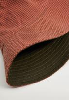 MANGO - Bucket hat - khaki & orange